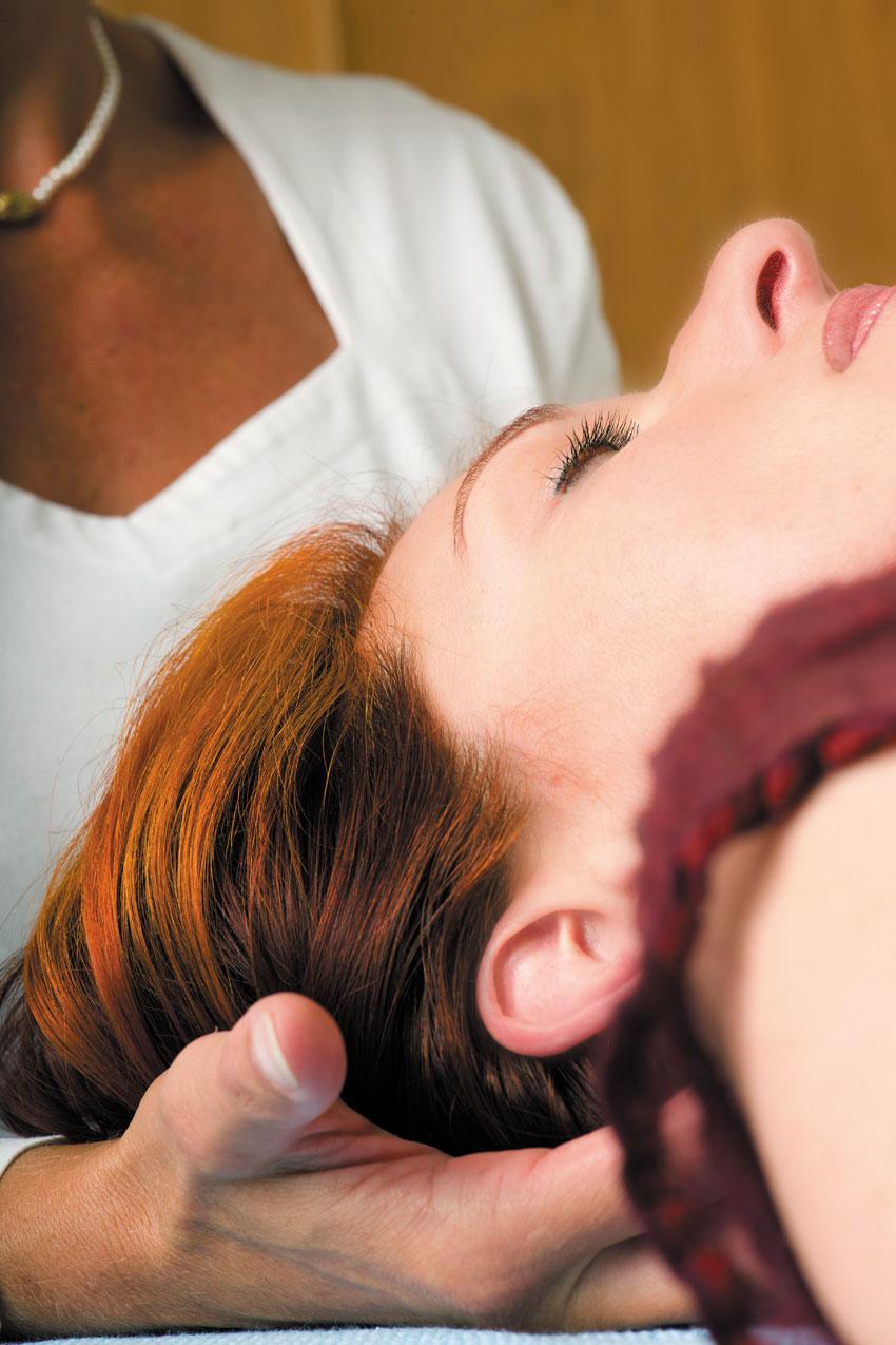 Cranio-Sacral-Therapie unter dem Kopf - Brigitte Witzig Körperarbeit